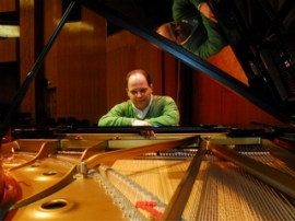 story_lrgrimage_2011_04_R5107_Turkish_Basketball_Player_Turned_Concert_Pianist_0